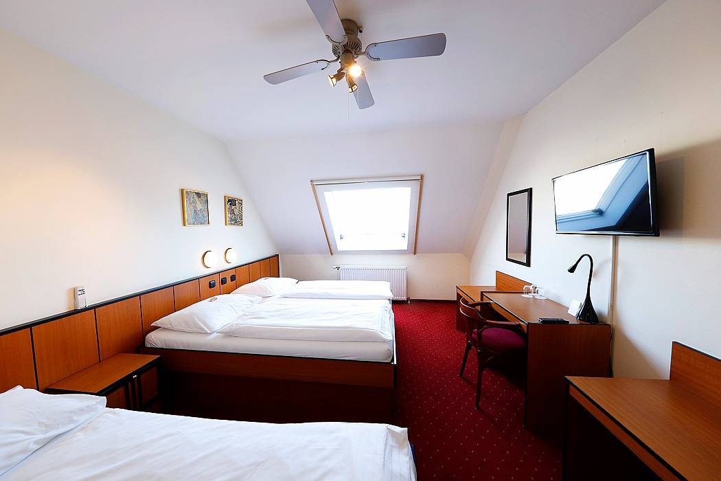 Standard triple room image
